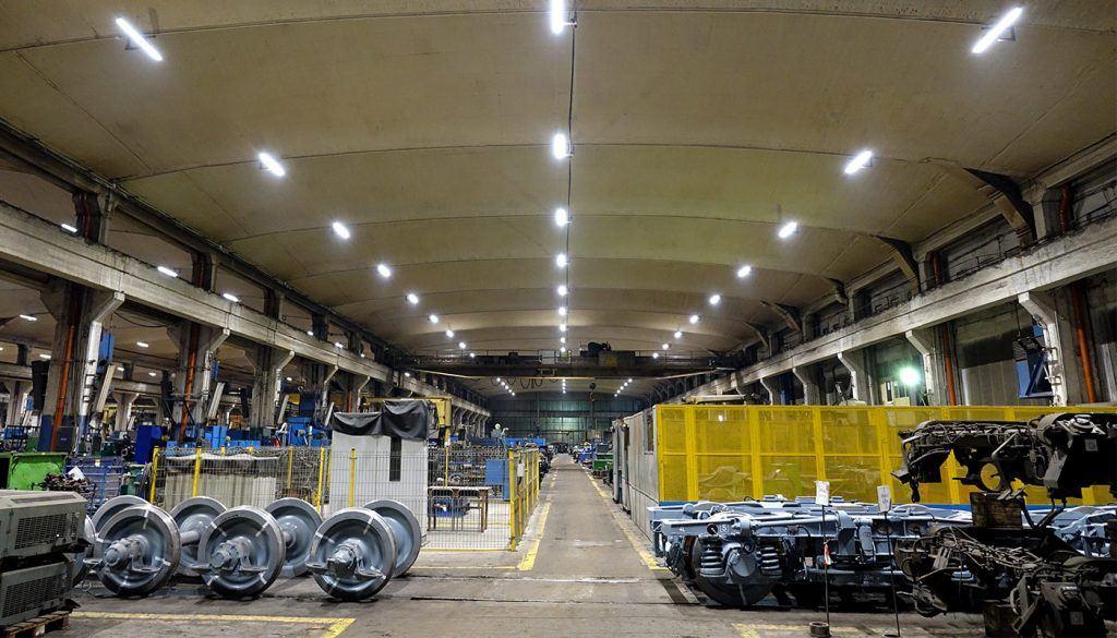 Ile energii można oszczędzić dzięki wymianie oświetlenia przemysłowego na oprawy LEDowe?