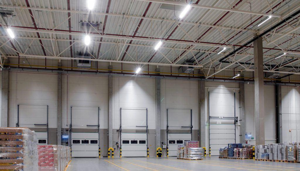 Charakterystyka LEDowych lamp magazynowych. Jakie cechy mają najlepsze oprawy NowaLed?