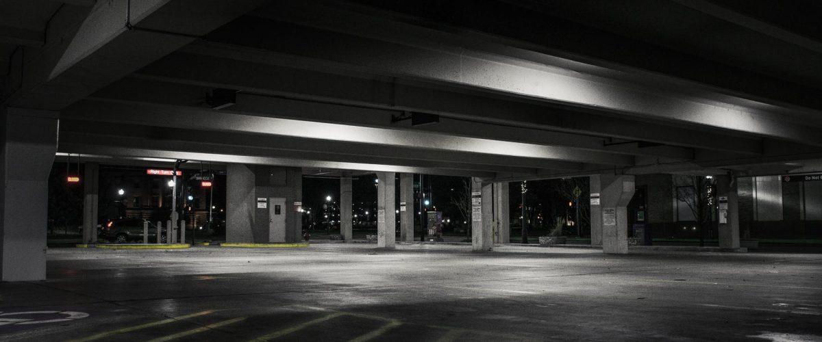 W tych miejscach oświetlenie przemysłowe LED jest obowiązkowe. Sprawdź nasz poradnik!